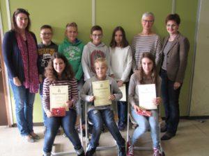 Die Teilnehmer am Wettbewerb zusammen mit der Organisatorin Cornelia Aulbach (links), Sabine Johann und Sabine Hartmann (rechts)